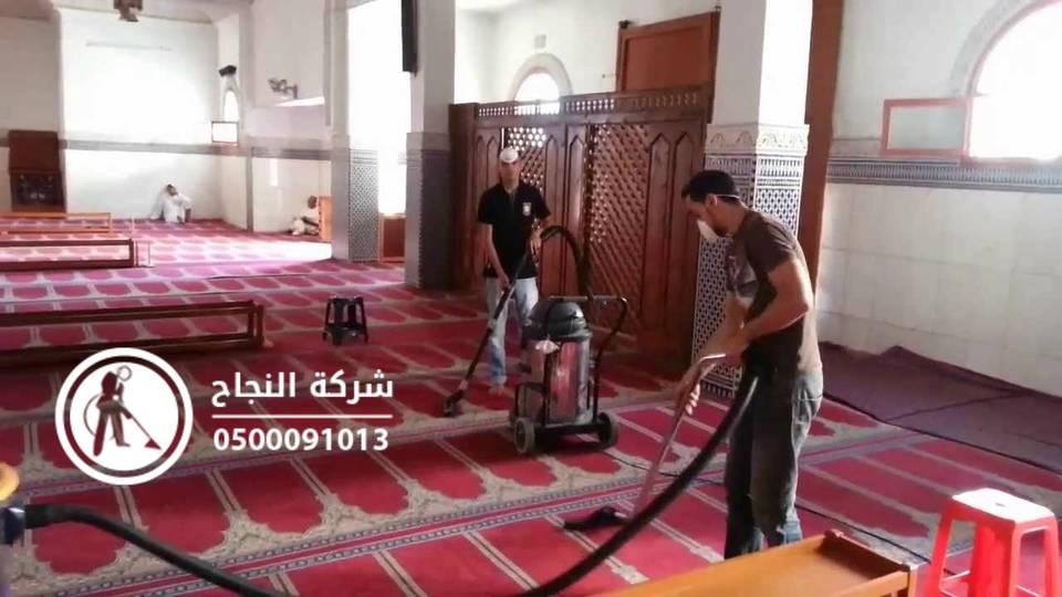 عاملان_ينظفون_المسجد
