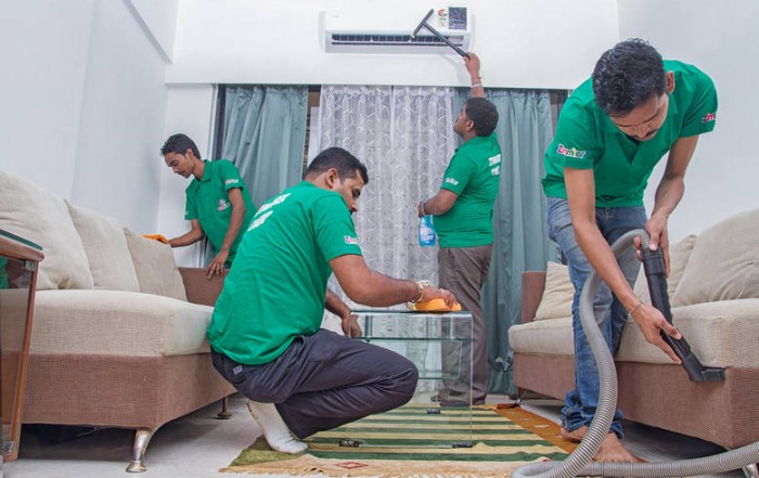 عمال شركة البيت النظيف